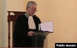 Судья Бердибек Мырзабеков оглашает приговор по делу Владимира Козлова. Актау, 8 октября 2012 года.