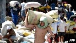 """""""Хайяндан"""" эң катуу жабыркаган Таклобан шаарынын тургундары кыйраган дүкөн-кампалардан азык-түлүк тапканга аракет кылып жатышат, 11-ноябрь, 2013."""