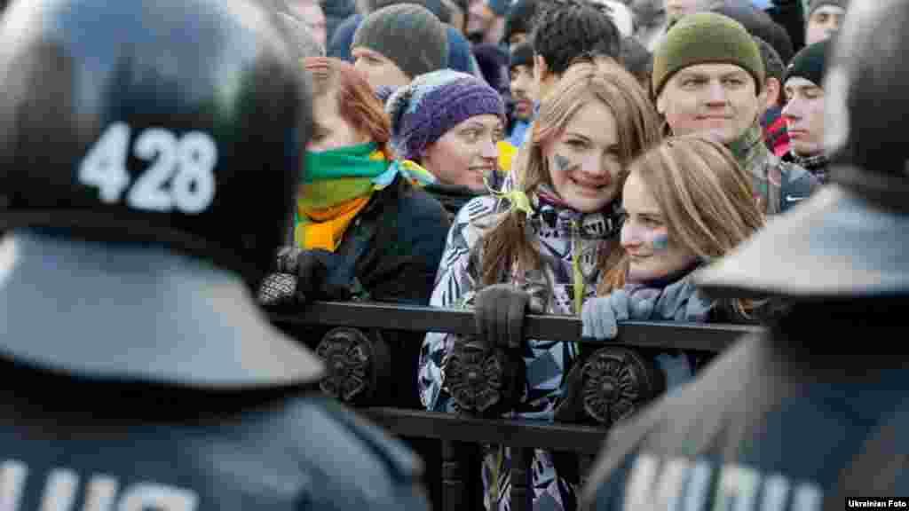 Kiyev, 3 dekabr 2013. Parlamentin binası qarşısında hökumətə etimadsızlıq səsverməsi zamanı üz-üzə dayanan polis və aksiyaçılar.