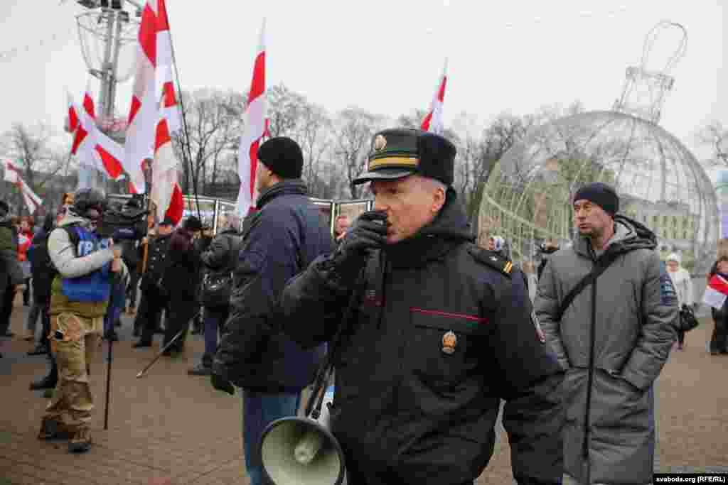 На акции присутствовали сотрудники милиции в форме и в штатском. Автозаков у площади в этот раз не было, но вокруг стояли серые микроавтобусы с тонированными стеклами, отмечал корреспондент белорусской службы Радио Свобода