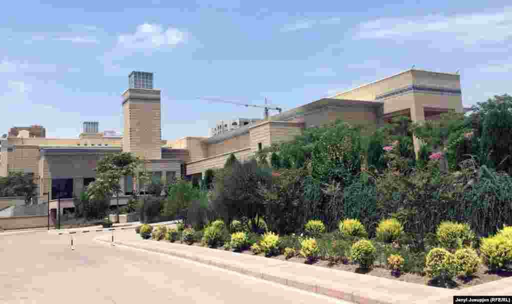 Исмаилитский центр в Душанбе поражает великолепием архитектуры, в котором сочетаются традиции Центральной Азии и современность. Занимающий огромную территорию на проспекте Исмоила Сомони, центр окружен бассейнами, которые в жару сохраняют прохладу. Подобные социально-культурные объекты исмаилитов есть также в Лондоне, Лиссабоне, Ванкувере, Торонто и Дубае.