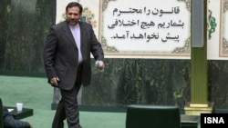 شمسالدین حسینی، وزیر اقتصاد، در مجلس