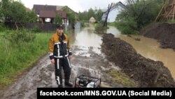 Через сильні дощі підтоплені двори і на Закарпатті, на фото – Рахівський район