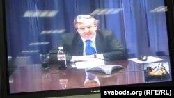 На снимке: посол США в ОБСЕ Иен Келли проводит видеоконференцию