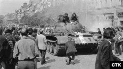 Радянський танк на Вацлавській площі в Празі, серпень 1968 року. Менш як за півроку Ян Палах відійде у вічність на цій же площі