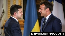 Зеленський (л) та Макрон (п) провели телефонну розмову 7 серпня