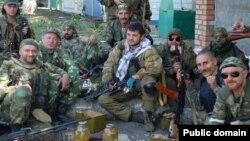 Эдуард Гыйләҗев (уртада) Луһански өлкәсендә Украина армиясенә каршы сугышта күренгән.
