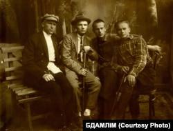 Зьлева направа: Сьцяпан Сямашка, Паўлюк Шукайла, Пятрусь Броўка, Янка Відук (Скрыган). Полацак, 1927 г.