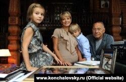 Andrei Konchalovsky ailəsi ilə birlikdə.