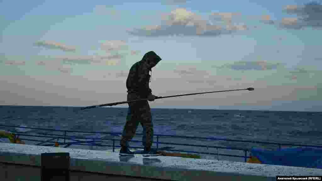 Чоловік шукає коштовності, викинуті на пляж штормом