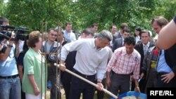 Kryeministri Thaçi përuroi themelet e shtëpisë së re për familjen Spasiq, 2 qershor 2009.