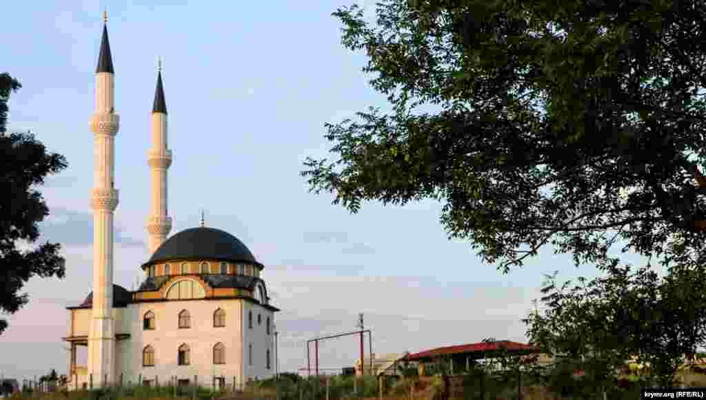 Мечеть Кадыр Джами хорошо видно с трассы через 2-3 км после выезда из Симферополя в сторону Бахчисарая. Тогда, летом 2016 года, там еще проводились отделочные работы