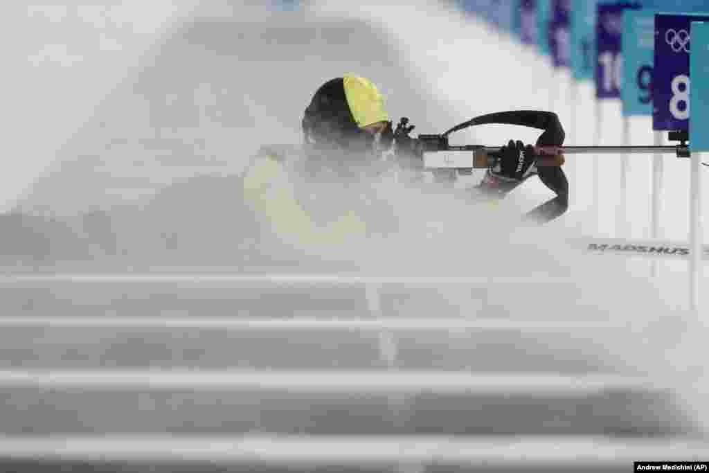 Біатлон: шведка Анна Магнуссон цілиться із гвинтівки під час поривів вітру зі снігом під час офіційних жіночих тренувань