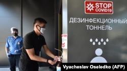 На входе в один из популярных торговых центров Бишкека. 25 мая 2020 года.