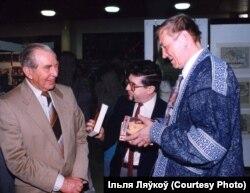 З прэзыдэнтам Ізраіля Хаімам Херцагам і расейскім паэтам Яўгенам Еўтушэнкам на Ерусалімскім кніжным кірмашы, 1993