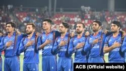 آرشف، اعضای تیم ملی کریکت افغانستان به احترام سرود ملی کشور شان دست به سینه ایستاده اند