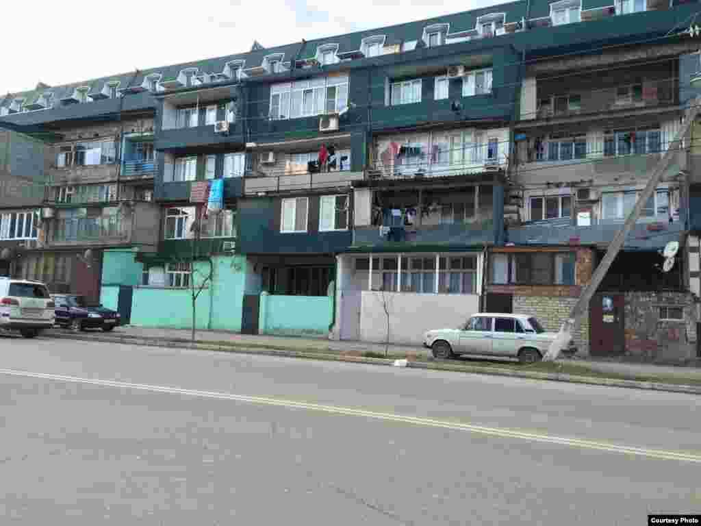 Дом на ул. Агасиева, печально знаменитый уродливыми пристройками