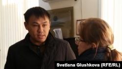 Гражданский активист Айдын Егеубаев (слева) после приговора разговаривает со своим адвокатом. Астана, 2 ноября 2017 года.