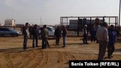 Гараж күзеткен Боранқұл ауылы тұрғындары. Маңғыстау облысы, 2 сәуір 2014 жыл.