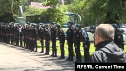 Полицейские выстроились в ряд в центре Алматы. 21 мая 2016 года.