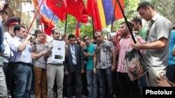 Еревандағы Венгрия елшілігінің алдында Армения азаматтары армян солдатын өлтірген офицердің Әзербайжанға қайтарылуына қарсылық білдіріп тұр. 1 қыркүйек 2012 жыл.
