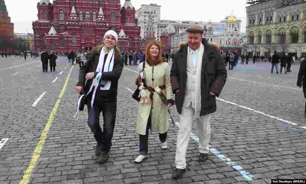 Белые ленты свободно гуляют по Красной площади. Ничего страшного не происходит
