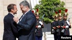 Петр Порошенко и Эммануэль Макрон на переговорах в Париже