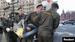 Полиция задерживала 5 июня протестующих против законопроекта о митингах у здания Госдумы