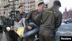 Поліцейські затримують учасника протесту біля Державної думи, 5 червня 2012 року
