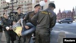 Полицейские задерживают активиста оппозиции, протестующего против закона о митингах. Москва, 5 июня 2012 года.