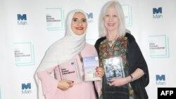 جوخه الحارثی (چپ) در کنار مریلین بوث، مترجم رمانش
