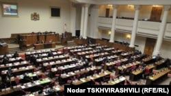 В феврале партия власти вроде бы согласилась частично внести поправки Христианских демократов в проект Закона, однако на очередном заседании парламента 11 марта он даже не был вынесен на рассмотрение