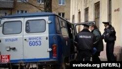 Віктара Івашкевіча выводзяць з суду.