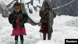 Оставшиеся без крова дети у лагеря беженцев. Кабул, 3 февраля 2012 года.