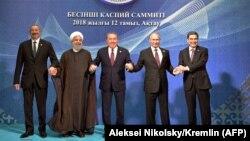 Солдон оңго Илхам Алиев, Хасан Роухани, Нурсултан Назарбаев, Владимир Путин, Гурбангулы Бердымухамедов.