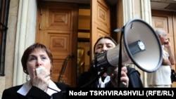 Известная грузинская актриса, член организации «Грузинская академия» Нинели Чанкветадзе зачитала требования собравшихся женщин под проливным дождем, который все усиливался