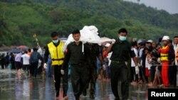 Vojnici prenose tela poginulih u nesreći - ilustrativna fotografija