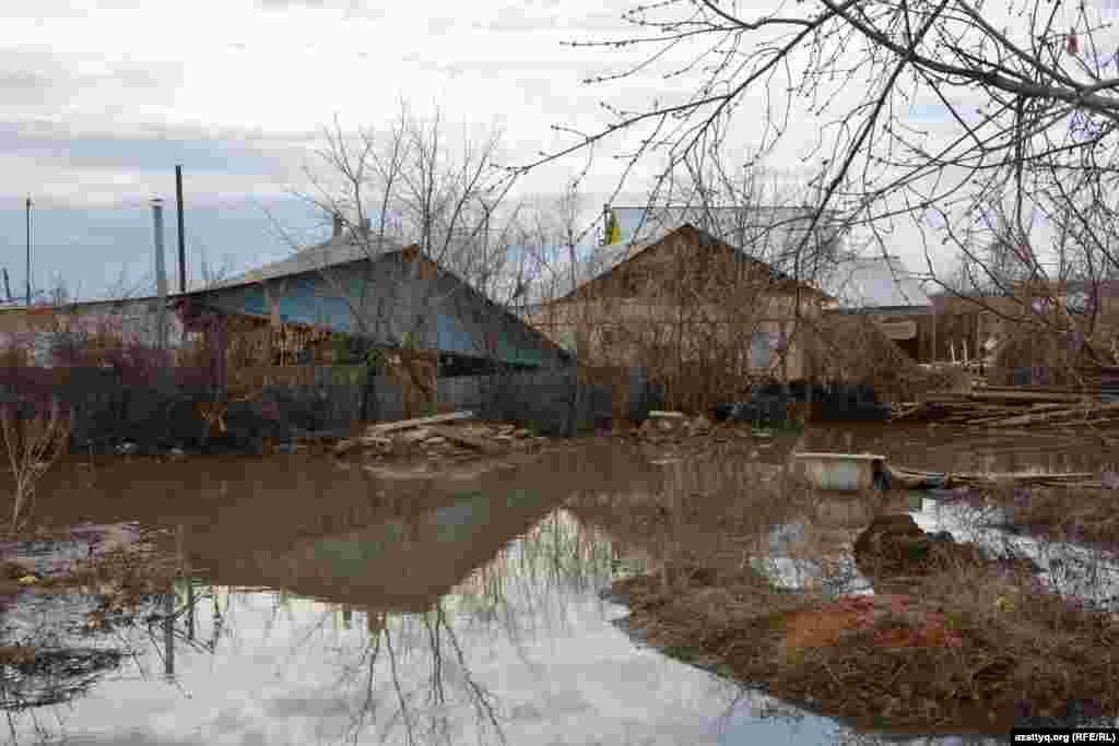 Несколько глинобитных домов в Махамбете разрушены. Приближаться к строениям, стены которых впитали влагу, опасно.