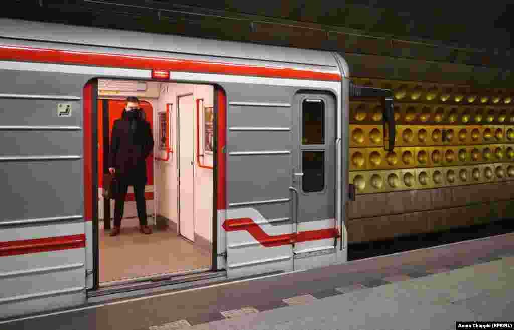 Чоловік у майже порожньому вагоні метро на станції поблизу туристичного центру Праги, 17 березня.