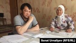 Ерлан Хамзин и его мать Канымзия Хамзина в своей квартире. Село Чапаево Западно-Казахстанской области, 24 апреля 2018 года.
