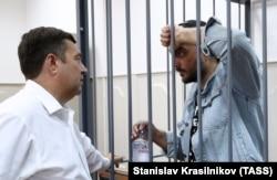 Кирилл Серебренников с адвокатом Дмитрием Харитоновым в Басманном суде