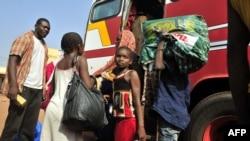 В Азаваде согласны жить не все. На фото - беженцы с севера Мали на автобусной станции в столице страны Бамако, 6 апреля 2012 года.