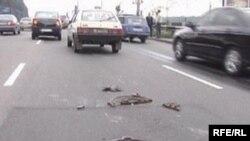 Открытый люк по улице Курмангазы представляет опасность как для автомобилистов, так и для пешеходов. Ноябрь 2008 года.