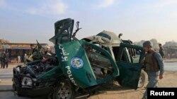 Një polic afgan e inspekton vendin e një sulmi me makinë bombë