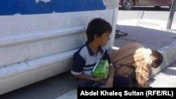 طفلان يبيعان المحارم الورقية في احد شوارع دهوك