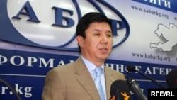 Убактылуу өкмөт башчынын орун басары Темир Сариев маалымат жыйынында, 2010-жылдын 6-майы.