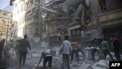На месте разрушений после авиаударов в сирийском городе Алеппо.