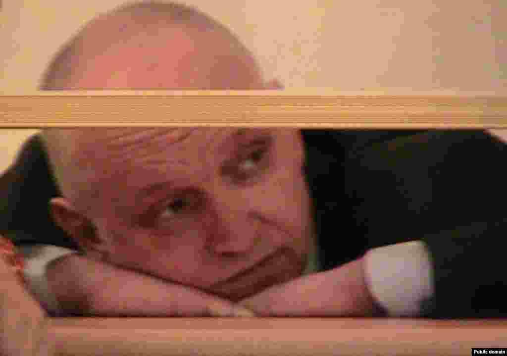 Ақпанның 13-інде Польша сеймінің депутаттары Томаш Маковски мен Малгожата Марчинкевич Петропавлдағы ЕС 164/3 колониясында жеті жарым жылдық жазасын өтеп жатқан оппозициялық саясаткер Владимир Козловпен (суретте) кездесе алмады. Колония басшылығы депутаттарға ішкі істер министрлігі мен прокуратурадан арнайы рұқсаты керек екенін айтқан.