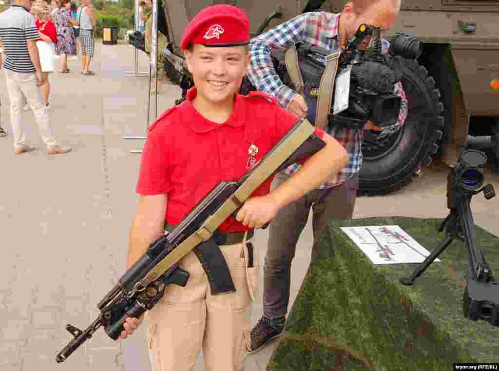 Мальчик из движения «Юнармия» с российским автоматом Калашникова на праздновании Дня ВДВ в Севастополе