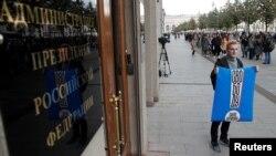 Участник одиночного пикета у Администрации президента